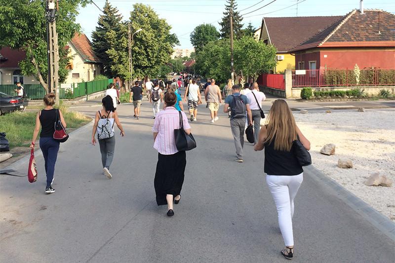 Leszakadt a felsővezeték, egy vonatnyi ember sétált Káposztásmegyer felé