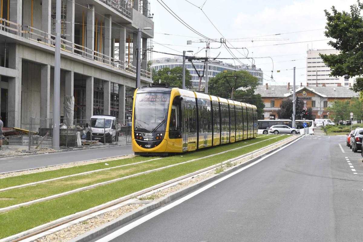 Az 1-es villamos halad az Etele térig meghosszabbított új pályaszakaszon 2019. július 9-én.