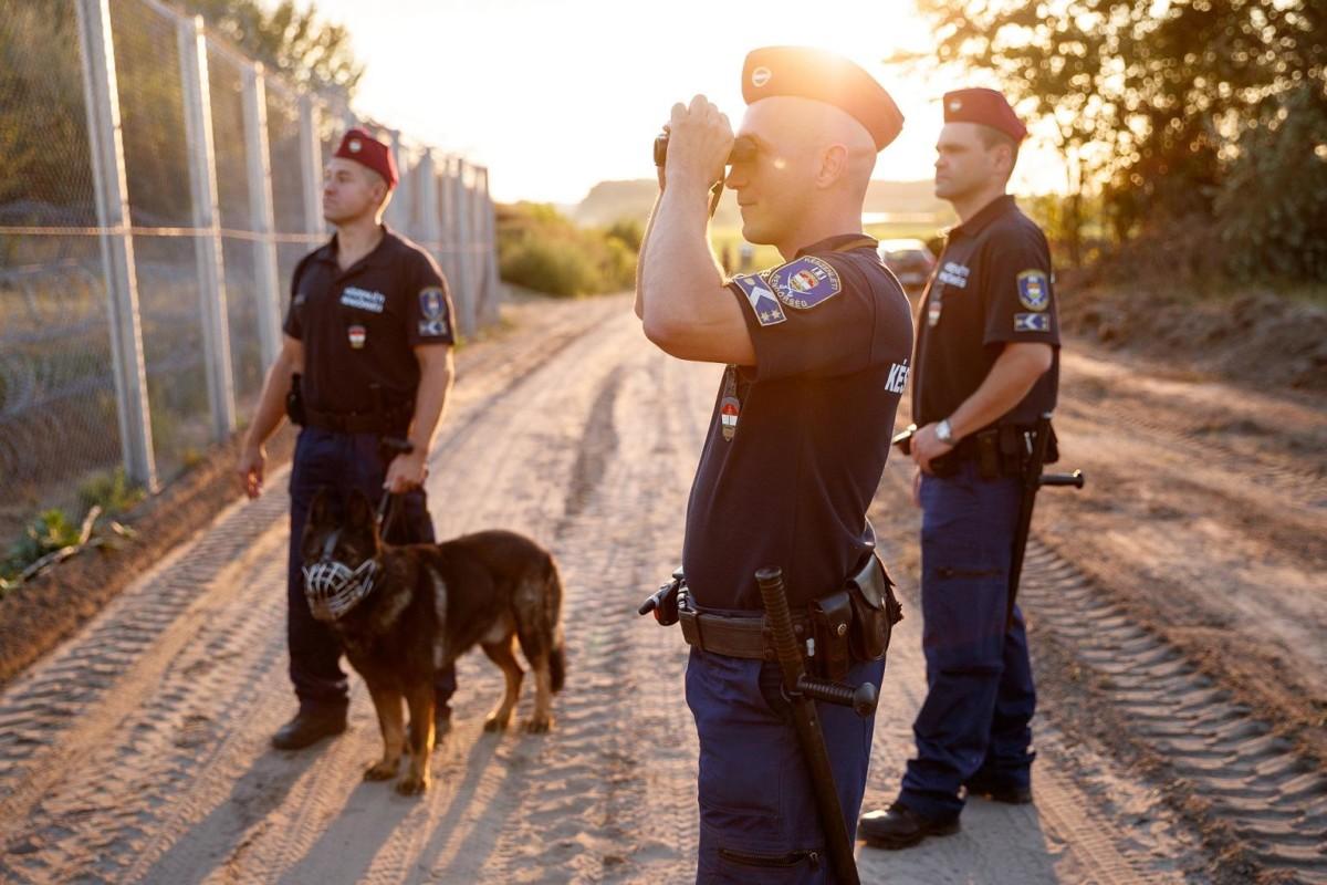 Rendőrök a határkerítésnél.