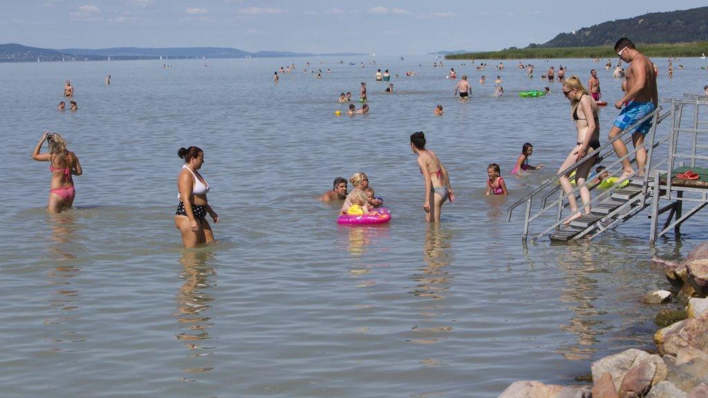 Fürdőzők a balatonfenyvesi szabadstrandon 2017. június 5-én.