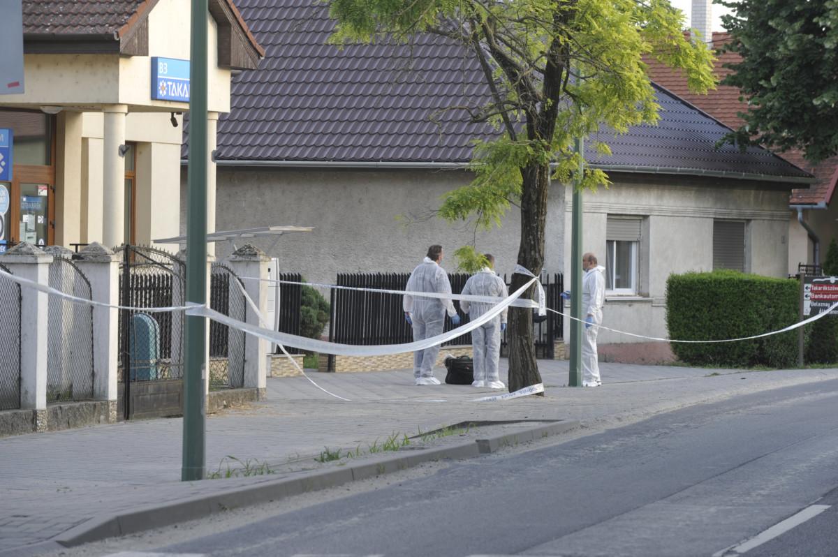 Bűnügyi helyszínelők dolgoznak 2019. július 1-jén a Pest megyei Bugyin, ahol kiraboltak egy bankfiókot.