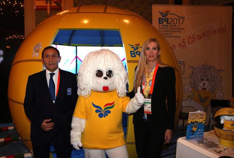 Gyárfás Tamás, az úszószövetség korábbi elnöke és Szabó Tünde sportért felelős államtitkár Bol-doggal, a 2017-es vizes vb visszavont kabalaállatával.
