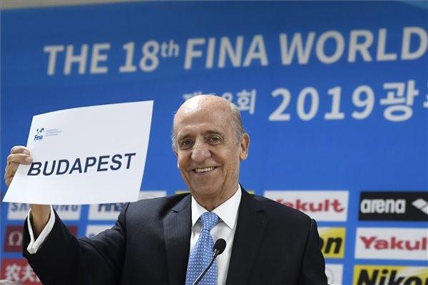 Julio Cesar Maglione, a Nemzetközi Úszó Szövetség (FINA) elnöke Budapest felirattal a kezében a dél-koreai Kvangdzsuban 2019. július 21-én.