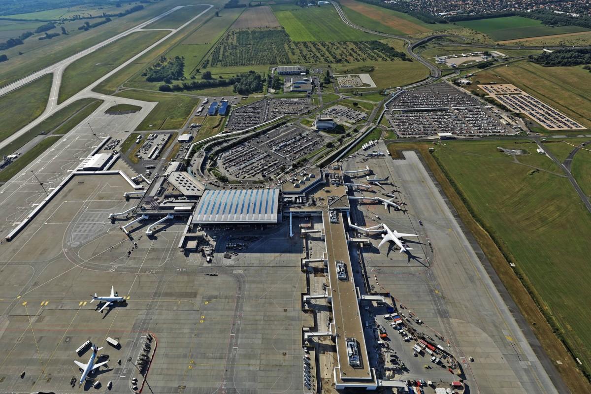 Munkagépek ütköztek a ferihegyi repülőtéren, egy ember megsérült