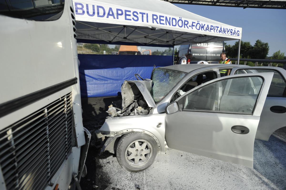 Összeroncsolódott személyautó és sérült busz az M1-es autópályán Biatorbágy térségében 2019. július 25-én.