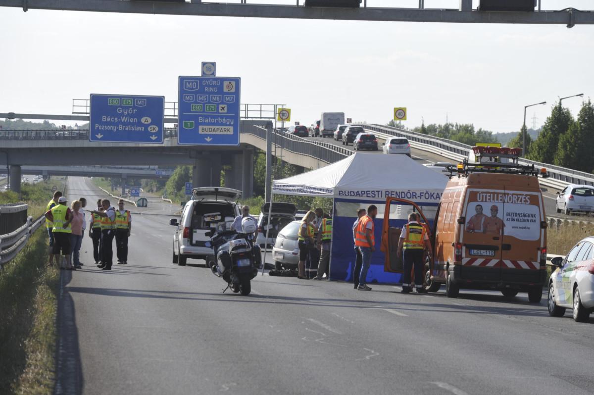 Összeroncsolódott személyautó az M1-es autópályán Biatorbágy térségében 2019. július 25-én.