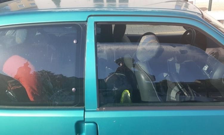 Résnyire volt leengedve az ablak, a gyermeknek borzasztóan melege volt.