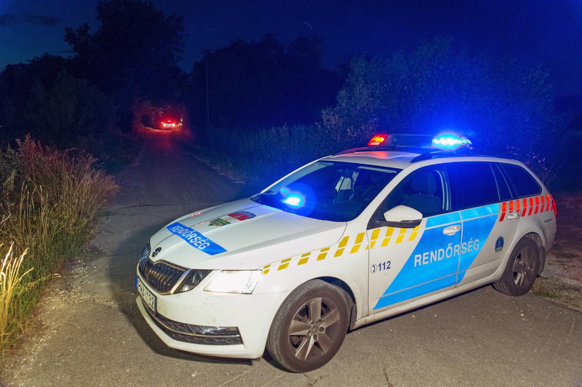 Rendőrautó zárja le az utat a Győr-Moson-Sopron megyei Abdán 2019. július 14-én.
