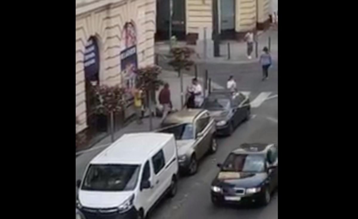 Csuklyás férfi rugdalt egy embert Budapesten, miközben elhajtott mellettük a rendőr