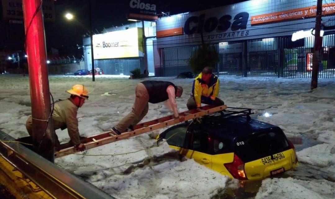 Másfél méteres jeget hagyott maga után egy jégverés a mexikói Guadalajarában június 30-án.