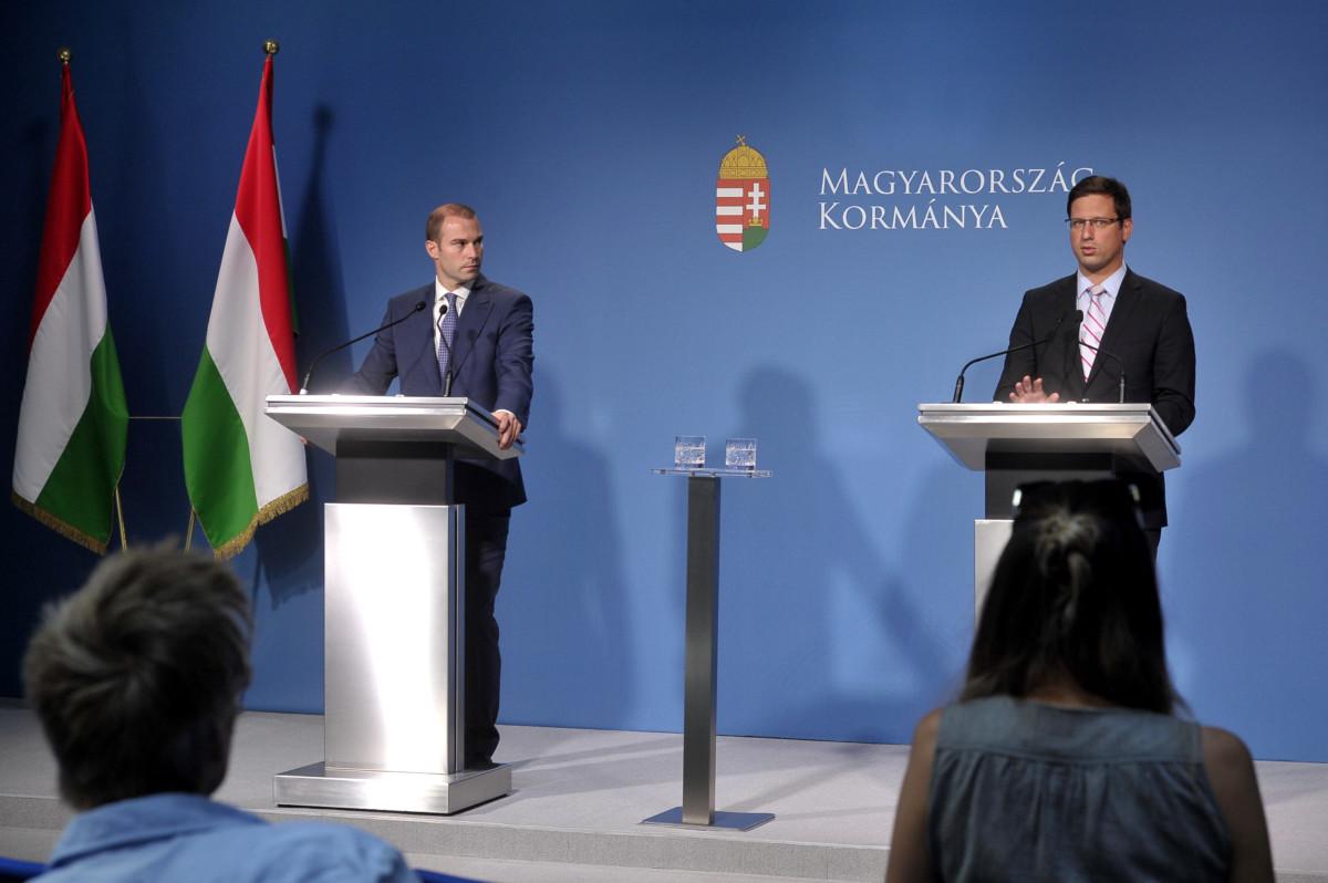 Gulyás Gergely, a Miniszterelnökséget vezető miniszter (j) és Hollik István kormányszóvivő a Kormányinfó sajtótájékoztatón a Miniszterelnöki Kabinetiroda Garibaldi utcai sajtótermében 2019. július 3-án.