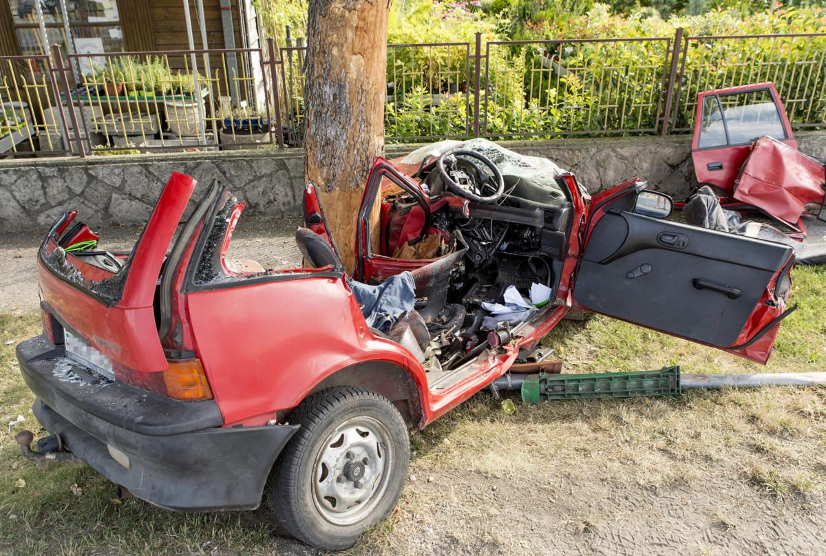 Fának csapódott, összetör személyautó Győrújfaluban 2019. július 7-én.