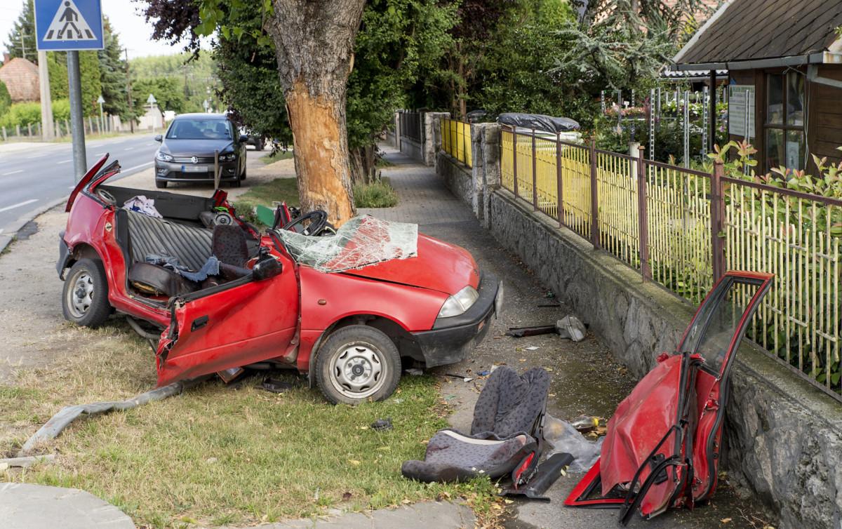 Győrújfalu, 2019. július 7.Fának csapódott, összetör személyautó Győrújfaluban 2019. július 7-én. A balesetben egy ember életét vesztette.