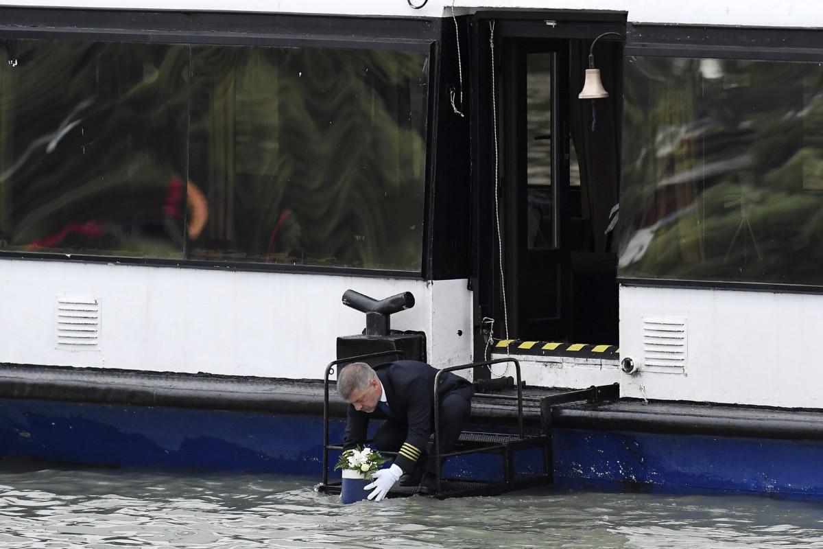 A Dunába engedik az urnát a dunai hajóbaleset két magyar áldozatának, a Hableány kapitányának és matrózának búcsúztatásán a folyó Árpád híd feletti szakaszán 2019. július 12-én.