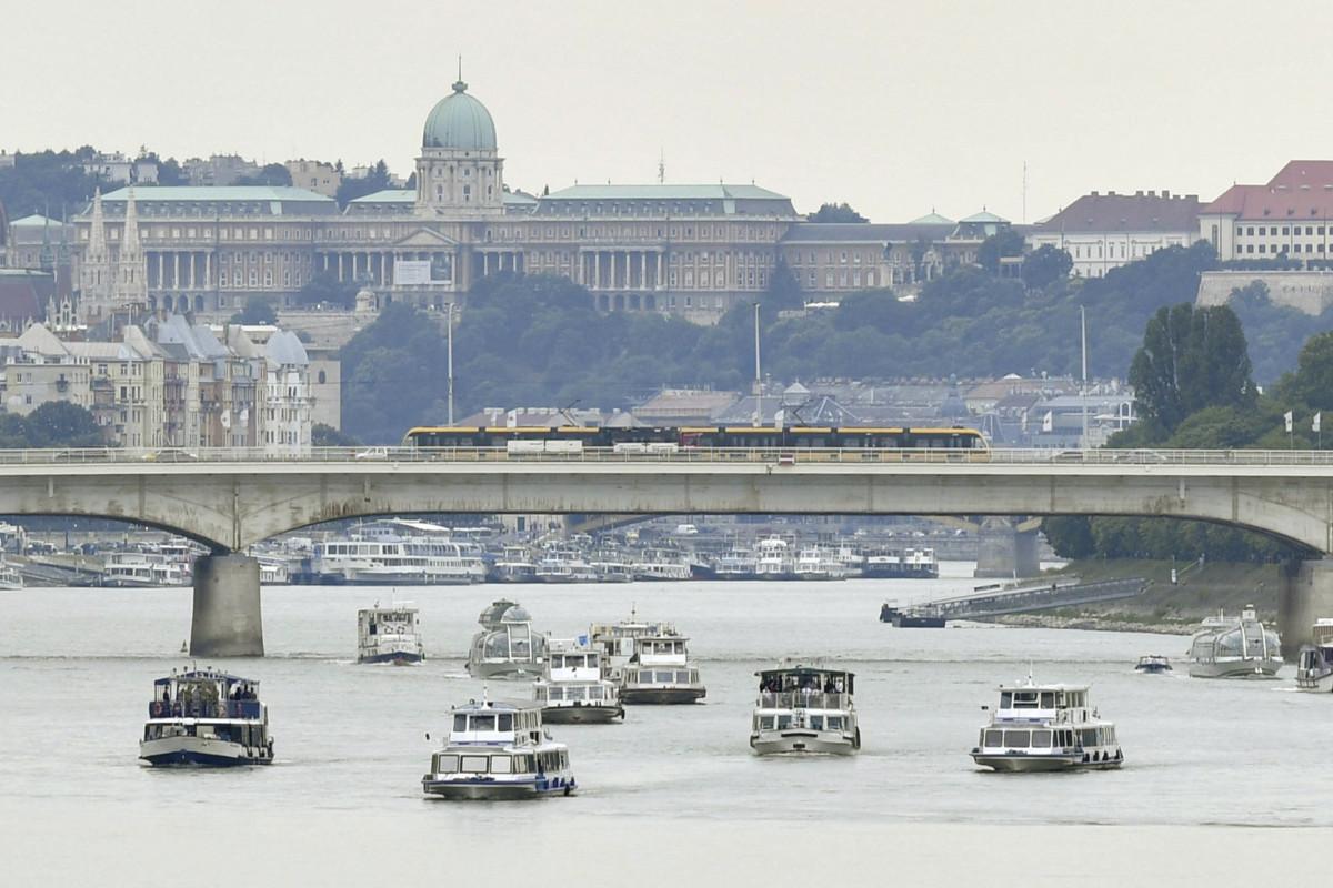 Hajókonvoj halad az Árpád hídnál a dunai hajóbaleset két magyar áldozatának, a Hableány kapitányának és matrózának búcsúztatásán 2019. július 12-én.