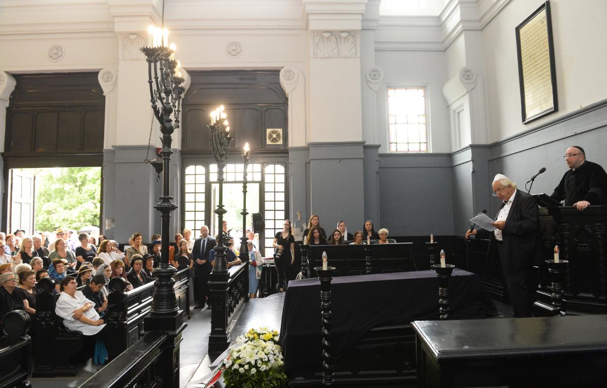Radnóti Sándor irodalomtörténész beszédet mond, mögötte Frölich Róbert, a Dohány utcai zsinagóga főrabbija Heller Ágnes temetésén a budapesti Kozma utcai izraelita temetőben 2019. július 29-én.