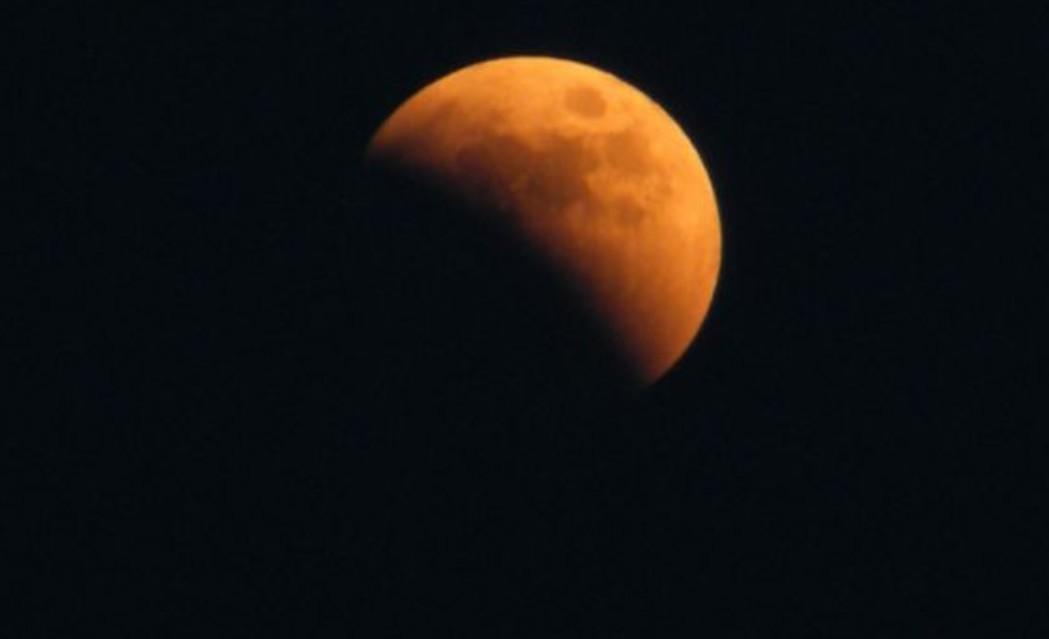 Ma éjjel eltűnik a Hold egy része, gyönyörű jelenséget láthatsz az égen