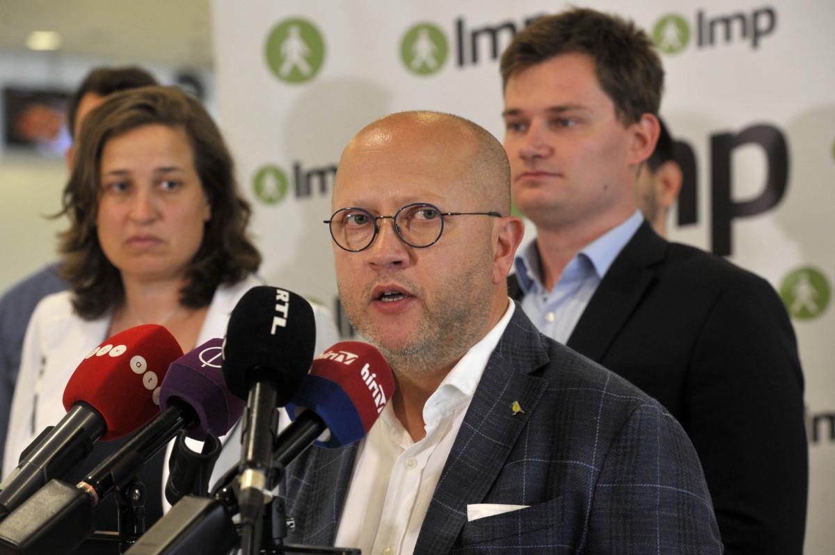 Kendernay János, az LMP új társelnöke a párt rendkívüli tisztújító kongresszusa utáni sajtótájékoztatón a Lurdy Házban 2019. július 6-án.