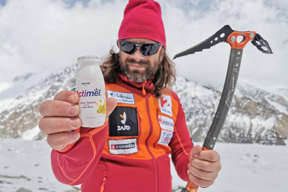 Klein Dávid mutatja az Actimel Facebook-oldalát követőknek az Actimel palackot.