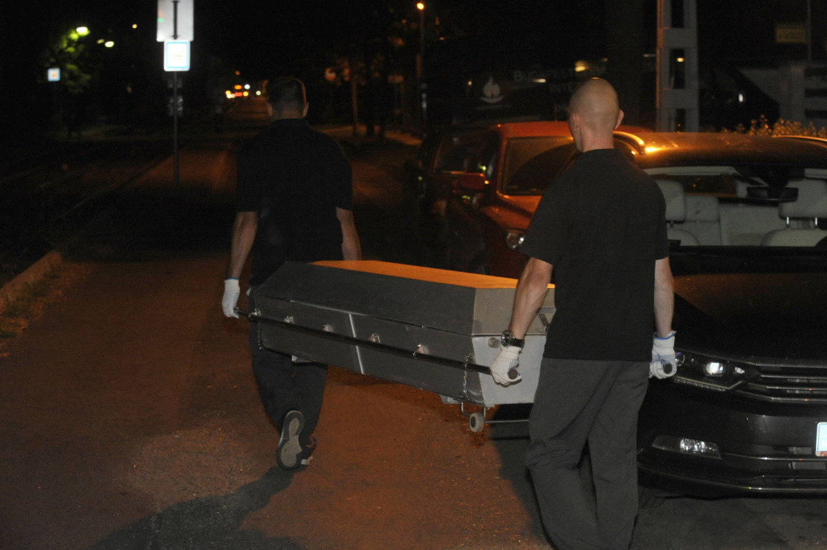 A temetkezési intézet munkatársai elviszik a X. kerületi Kolozsvári utca egyik lakásában történt gyilkosság áldozatát 2019. július 30-án.