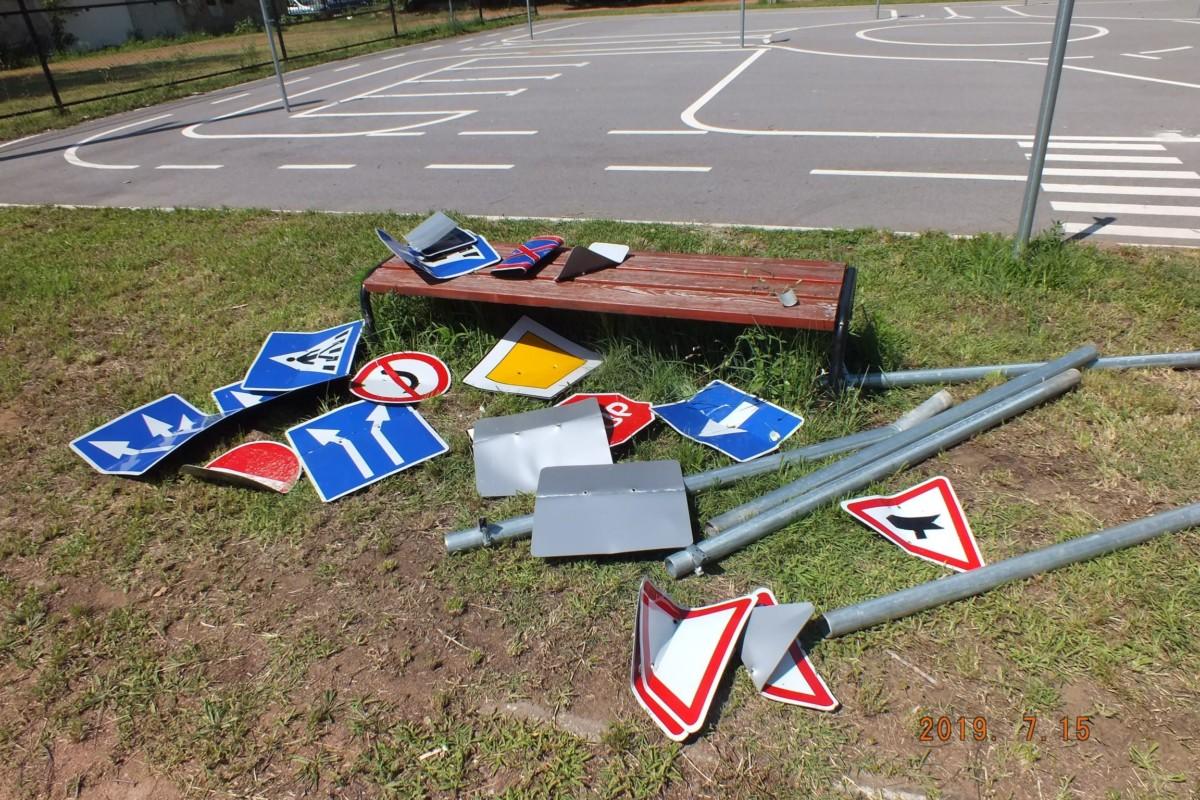 A megrongált KRESZ-táblák.