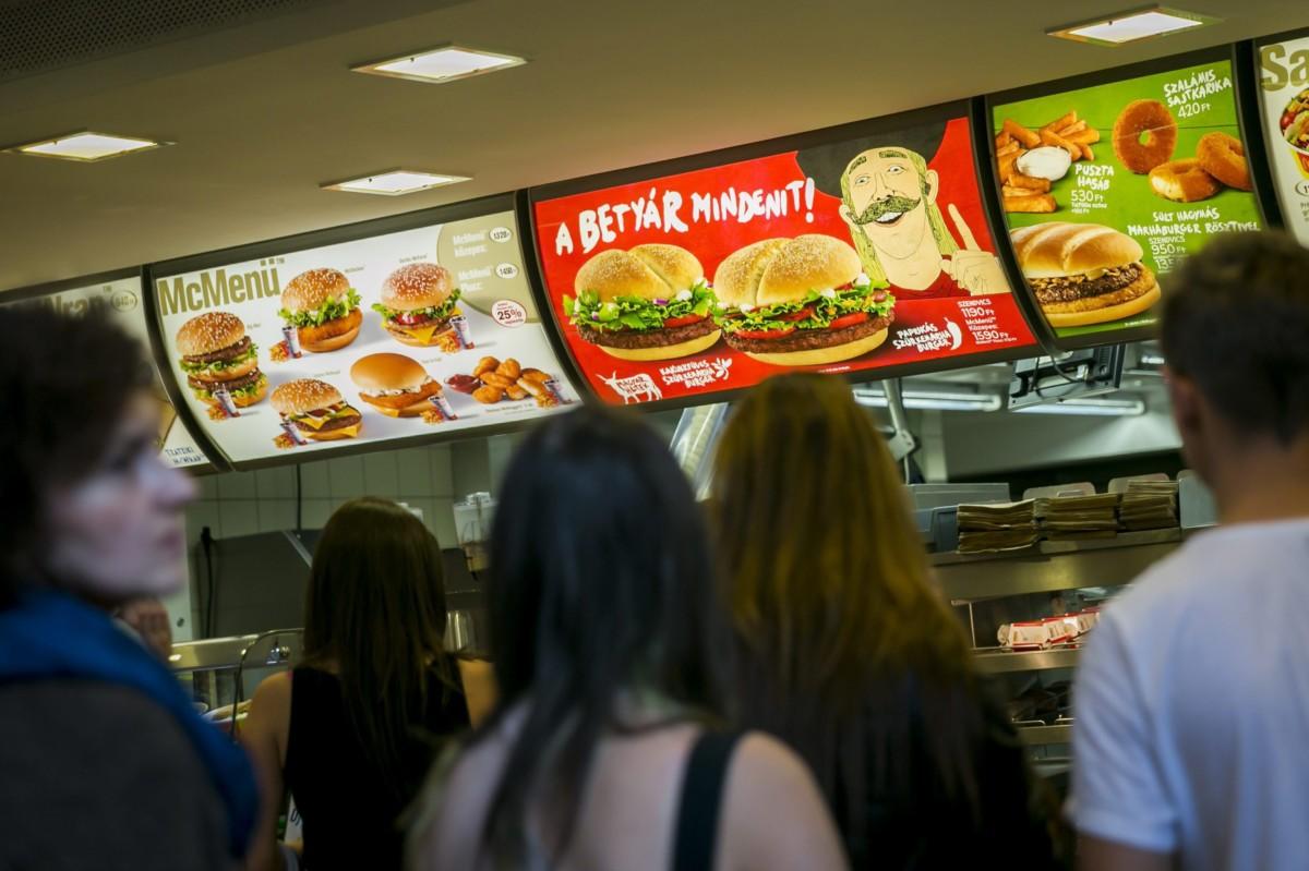 Magyar húsból készült szürkemarhaburger a McDonald's Nyugati téri éttermében 2013. szeptember 16-án.