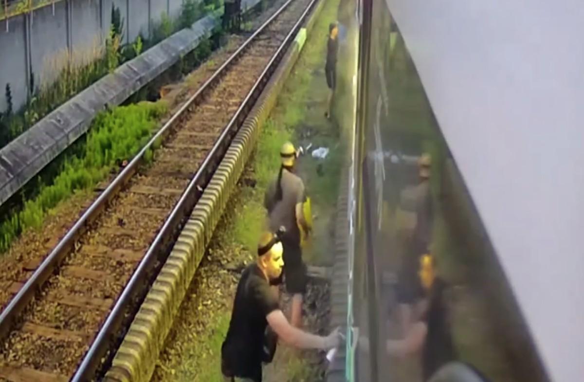 Összefirkálták a metrót, a hét gyökereit a biztonsági kamera is felvette