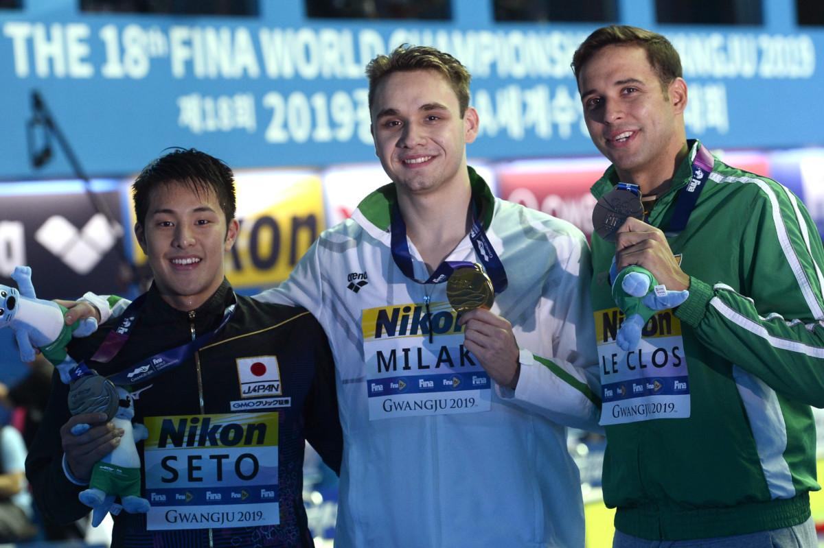 Az aranyérmes Milák Kristóf (k), mellette a második helyezett japán Szeto Daija (b) és a bronzérmes dél-afrikai Chad Le Clos a férfi 200 méteres pillangóúszás döntőjének eredményhirdetése után a 18. vizes világbajnokságon a dél-koreai Kvangdzsuban 2019. július 24-én.