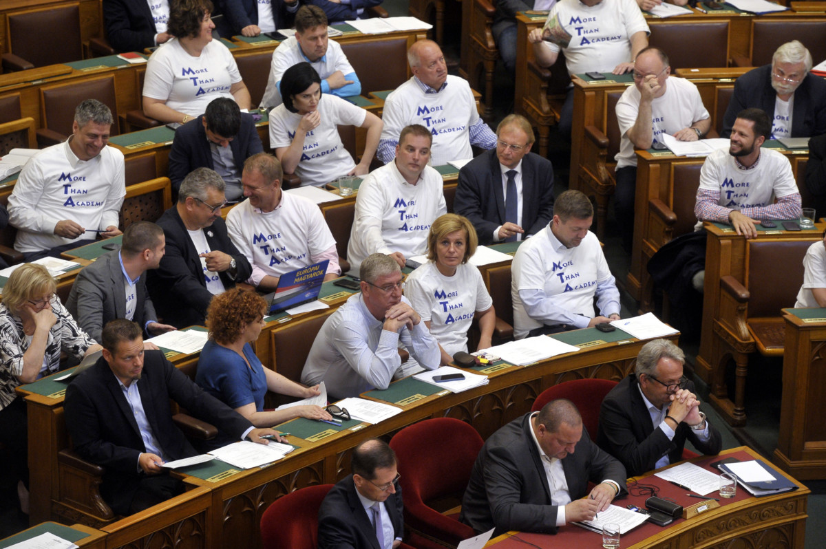 """Ellenzéki képviselők """"MORE THAN ACADEMY"""" feliratú pólóban az Országgyűlés plenáris ülésén 2019. július 2-án."""