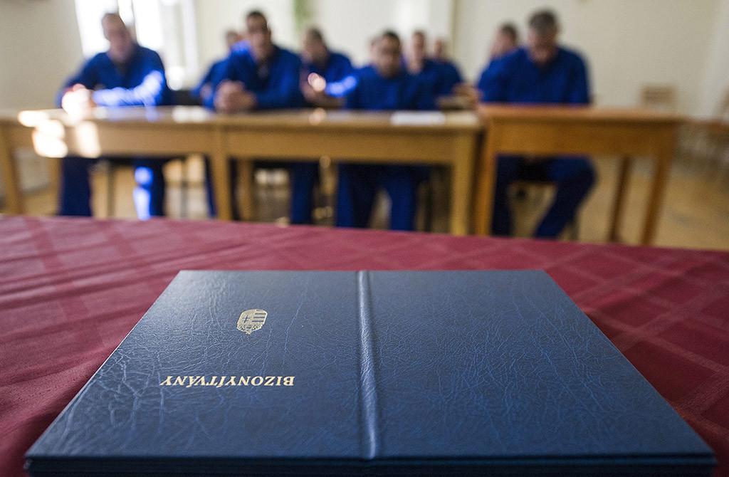 Bizonyítványosztás a kisteljesítményű kazánkezelő képzést követően, amelyen 14 elítélt tett sikeres vizsgát, a Bács-Kiskun Megyei Büntetés-végrehajtási Intézetben, Kecskeméten 2014. január 15-én.