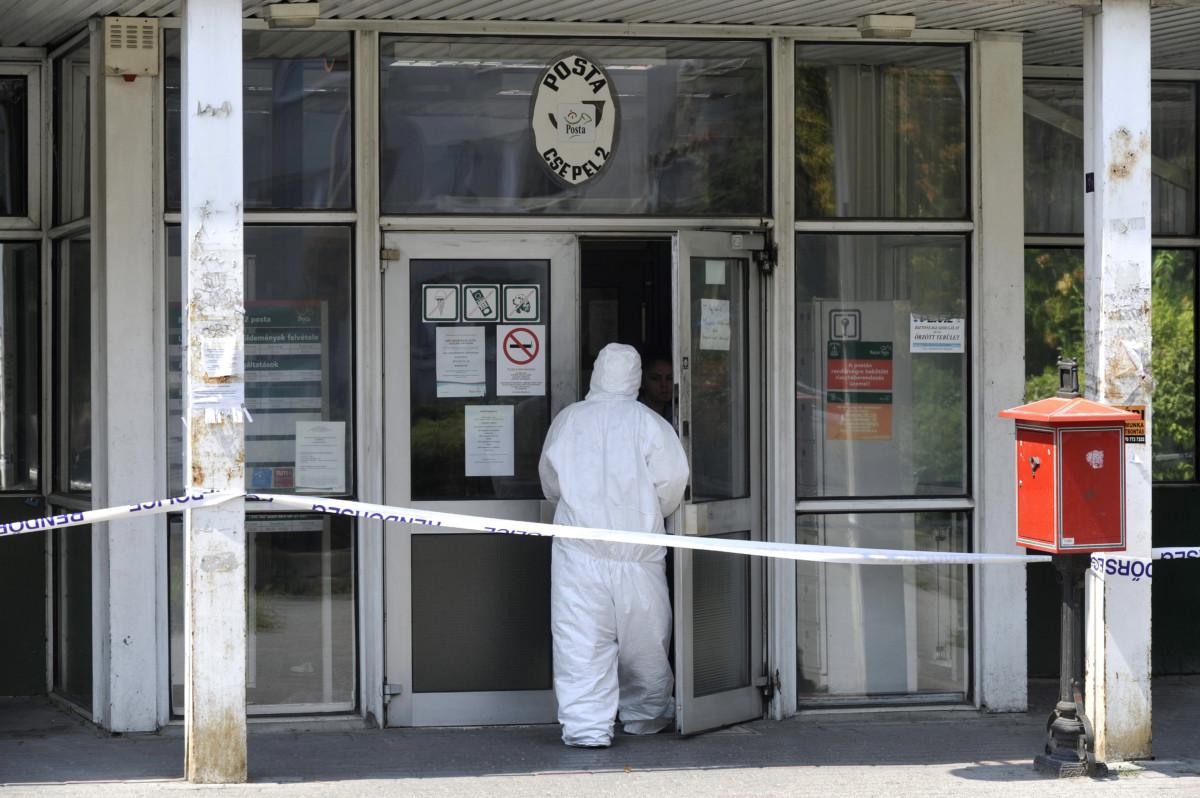 Bűnügyi helyszínelő a Csepel 2-es postánál, ahol adománygyűjtő dobozból rabolt pénzt két férfi 2019. július 30-án.