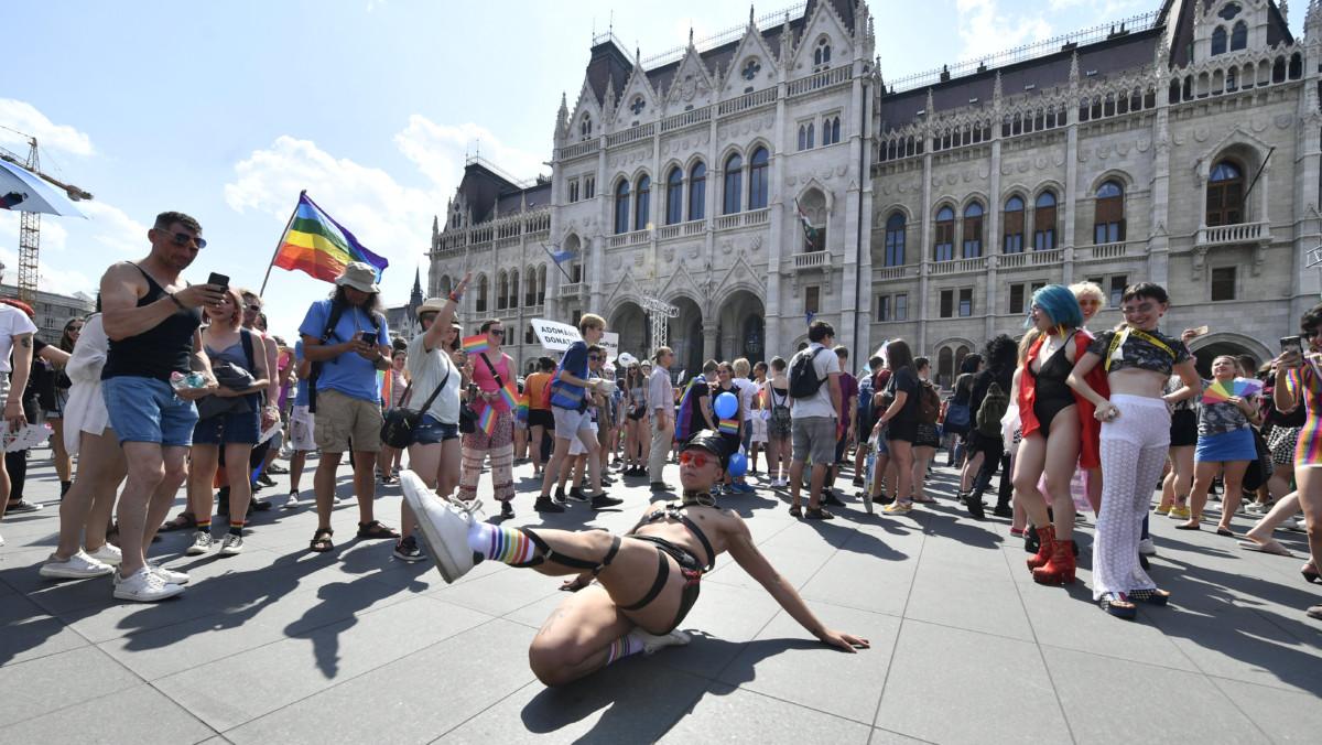 A 24. Budapest Pride résztvevői gyülekeznek a Kossuth téren 2019. július 6-án.