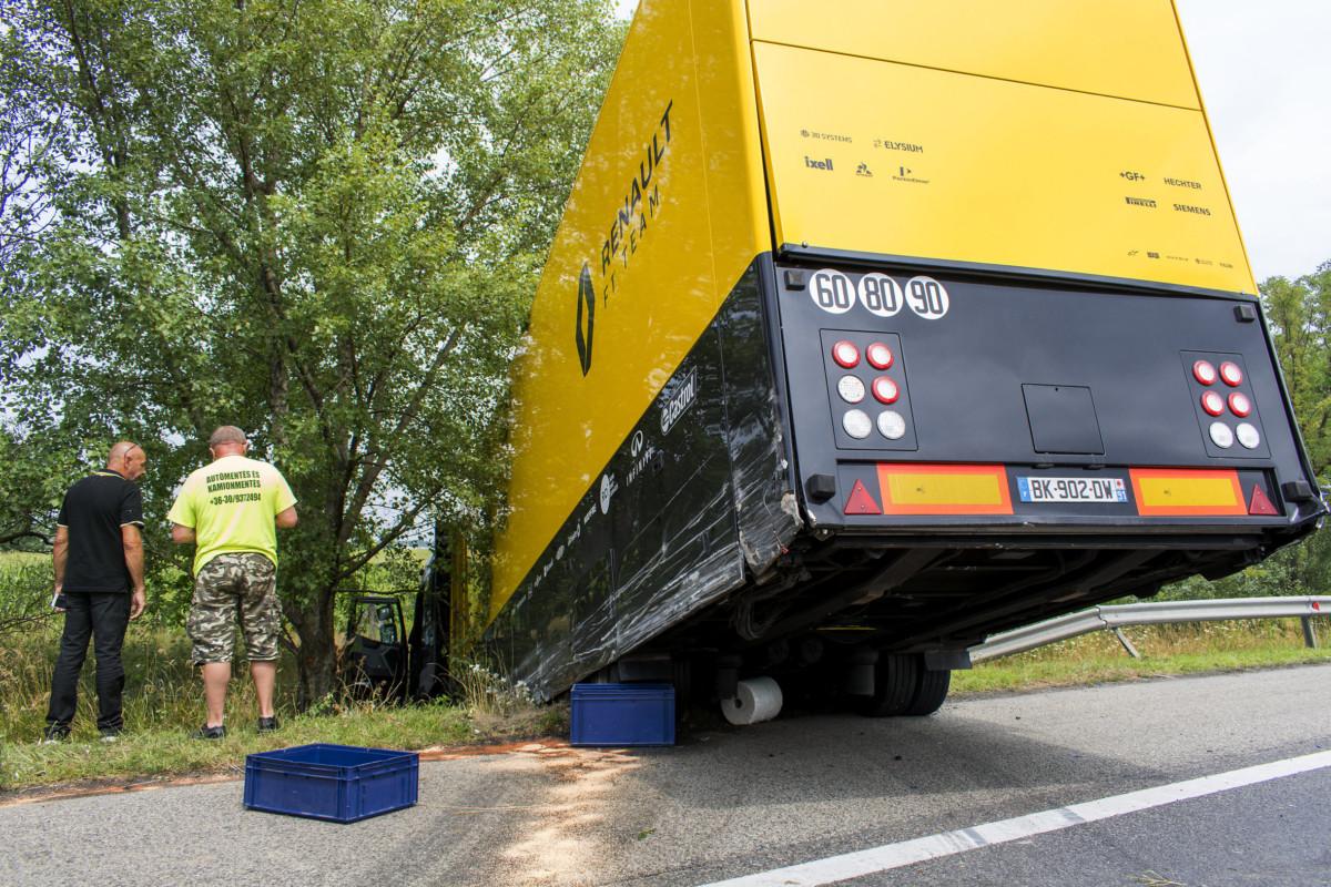 A Renault Forma-1-es csapat egyik szállítókamionja az M1-es autópálya 121 kilométerénél Győrnél 2019. július 29-én.
