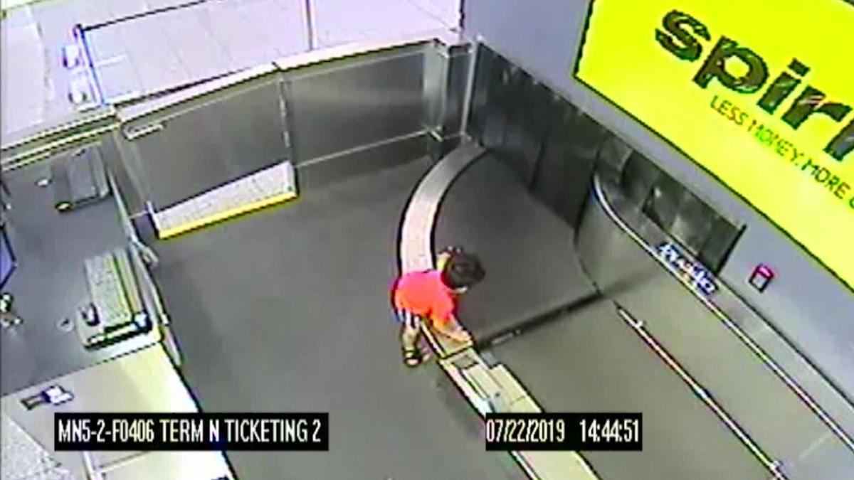 Elragadta a reptéri poggyászszalag, kétségbeesetten küzdött a csomagok között egy kétéves kisfiú
