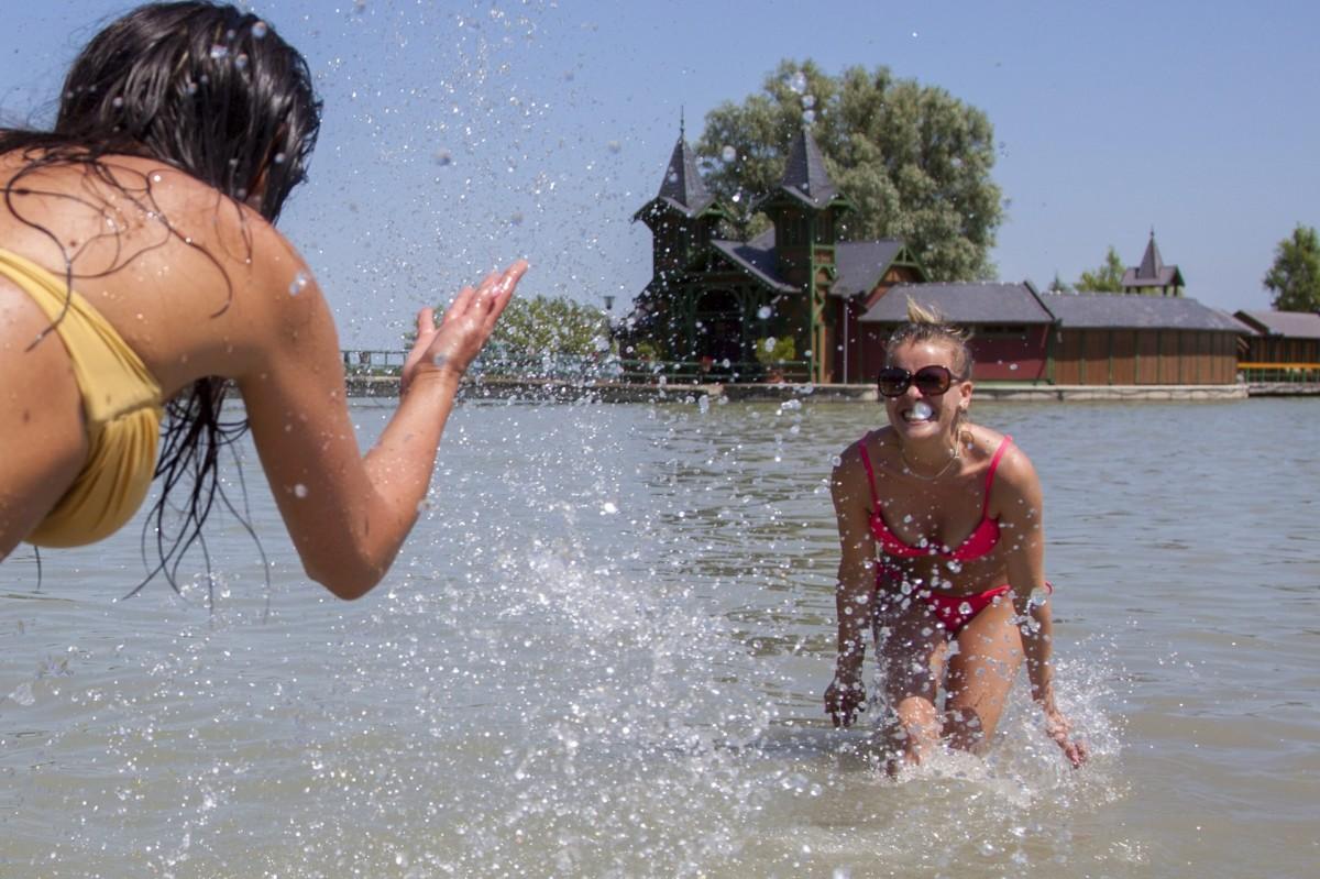 Lányok fürdenek a Balatonban a keszthelyi strandon 2014. június 10-én.