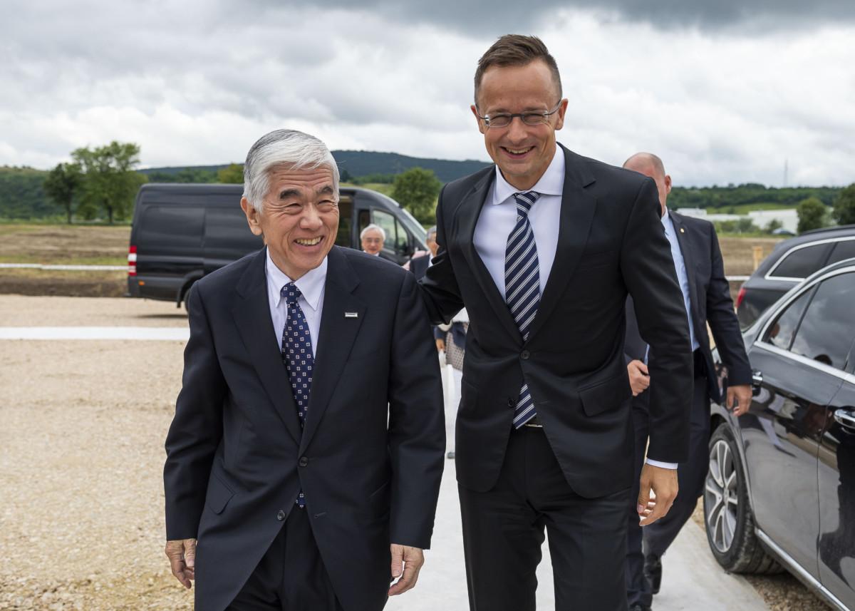 Akihiro Nikkaku, a japán a Toray Industries elnöke (b) és Szijjártó Péter külgazdasági és külügyminiszter a Toray Industries Hungary Kft. új beruházásáról tartott sajtótájékoztató előtt Nyergesújfalun 2019. július 12-én.