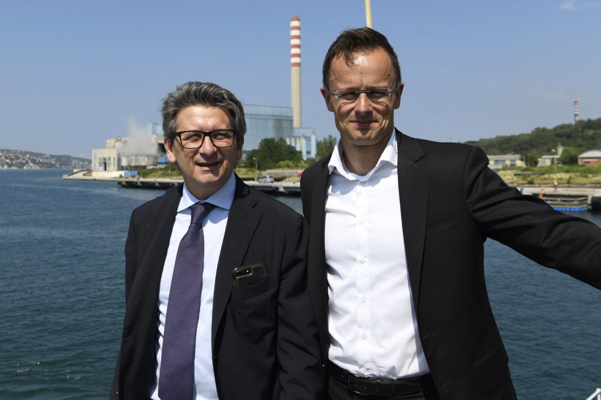 Szijjártó Péter külgazdasági és külügyminiszter (j) és Zeno D'Agostino, a kikötő vezérigazgatója a trieszti kikötőben 2019. július 5-én.