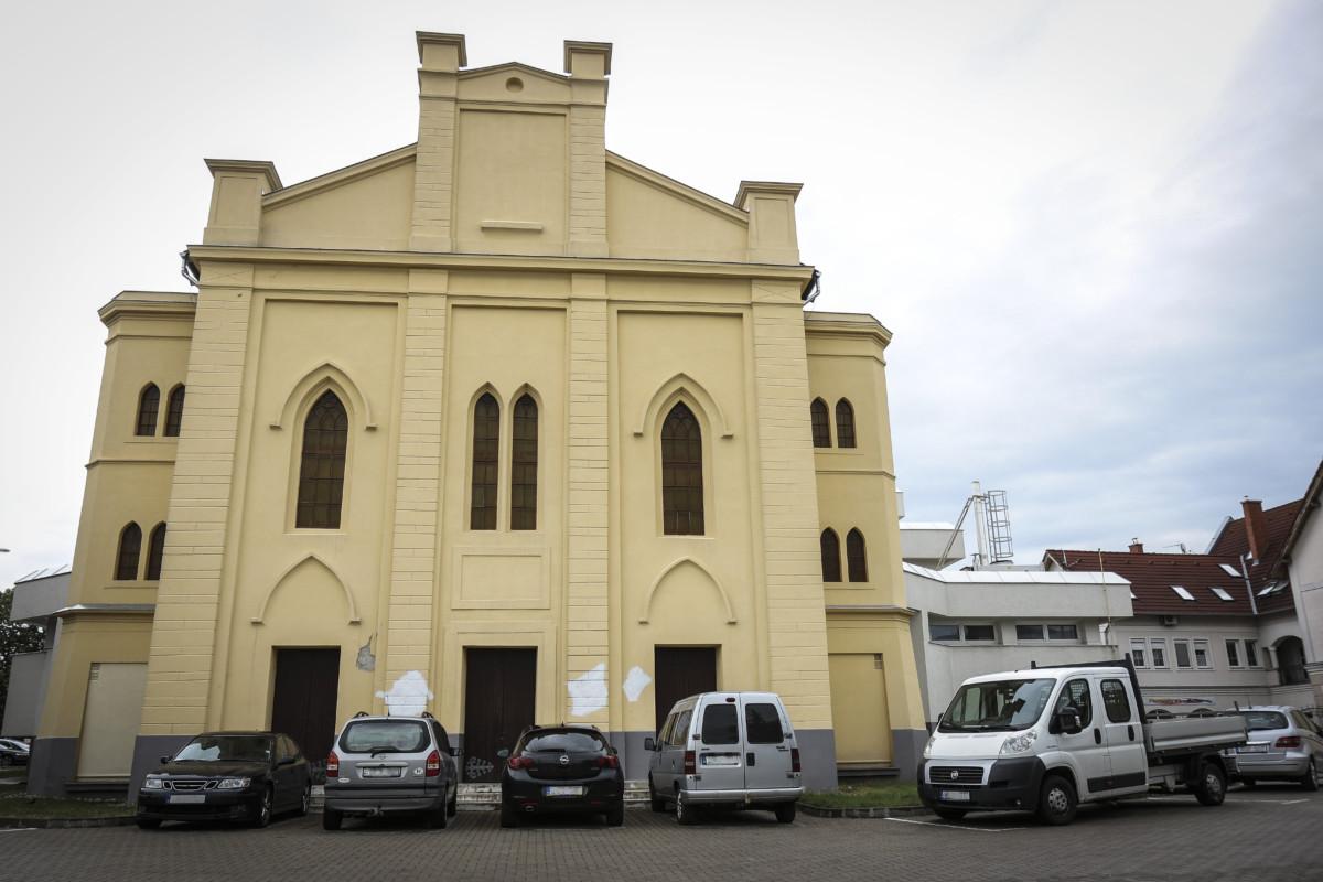 A volt zsinagóga épületén hajnalban felfedezett, azóta fehérrel lefestett horogkeresztek Tapolcán 2019. július 12-én.