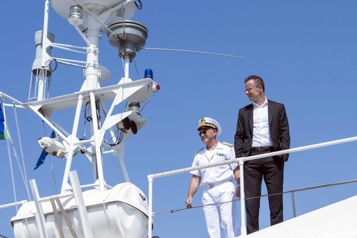 A Külgazdasági és Külügyminisztérium által közreadott képen Szijjártó Péter külgazdasági és külügyminiszter (j) az olasz parti őrség hajóján Trieszt kikötőjében 2019. július 5-én.