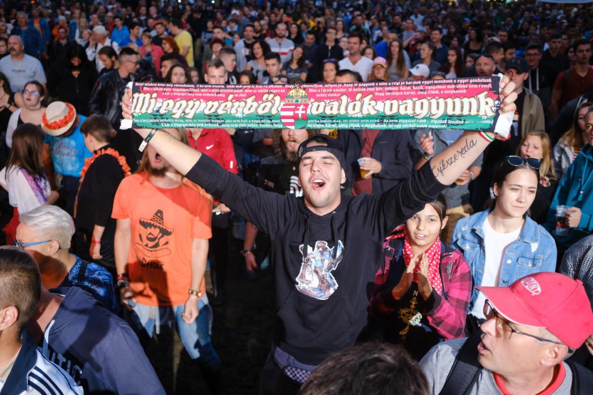 Közönség Nagy Feró és a Beatrice koncertjén a 30. Bálványosi Nyári Szabadegyetem és Diáktábor (Tusványos) első napján, 2019. július 24-én az erdélyi Tusnádfürdőn.