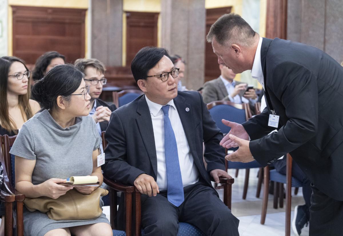 Doh Kvang-hon dél-koreai miniszteri tanácsos (k) és Sógor Zsolt, a Hableány sétahajót működtető Panoráma Deck Kft. jogi képviselője (j) a Kúria, a Hableány sétahajó május 29-iki balesetét érintő, a Viking Sigyn kapitányának bűnügyi felügyelet alá helyezésével kapcsolatban tartott nyilvános ülésén 2019. július 29-én.