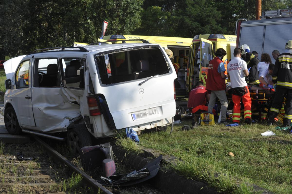 Mentők látják el a X. kerületben, a Maglódi úton történt baleset egyik sérültjét 2019. július 30-án.