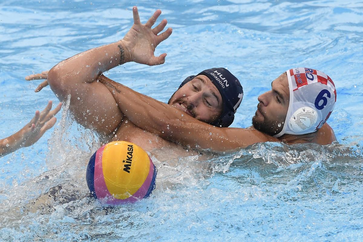 Hárai Balázs (b) és a horvát Hvoje Benic a férfi vízilabda torna 3. helyéért játszott Magyarország - Horvátország mérkőzésen a 18. vizes világbajnokságon a dél-koreai Kvangdzsuban 2019. július 27-én.
