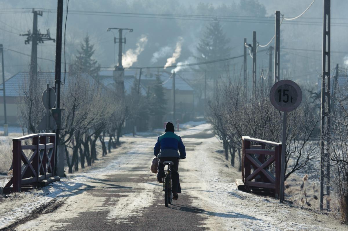 Kerékpáros halad Zabar utcáján 2012. február 1-én. A Nógrád megye északkeleti határán, a Medves-fennsík peremén fekvő település olyan felszíni mélyedésben, fagyzugban helyezkedik el, amelybe minden oldalról beáramlik a lehűlt levegő; Zabar és környéke az ország leghidegebb téli középhőmérsékletű területe.