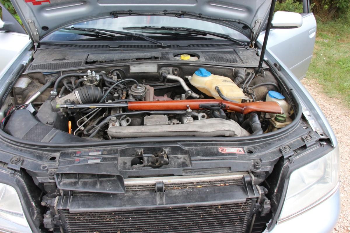 A motortérben lapuló puska.