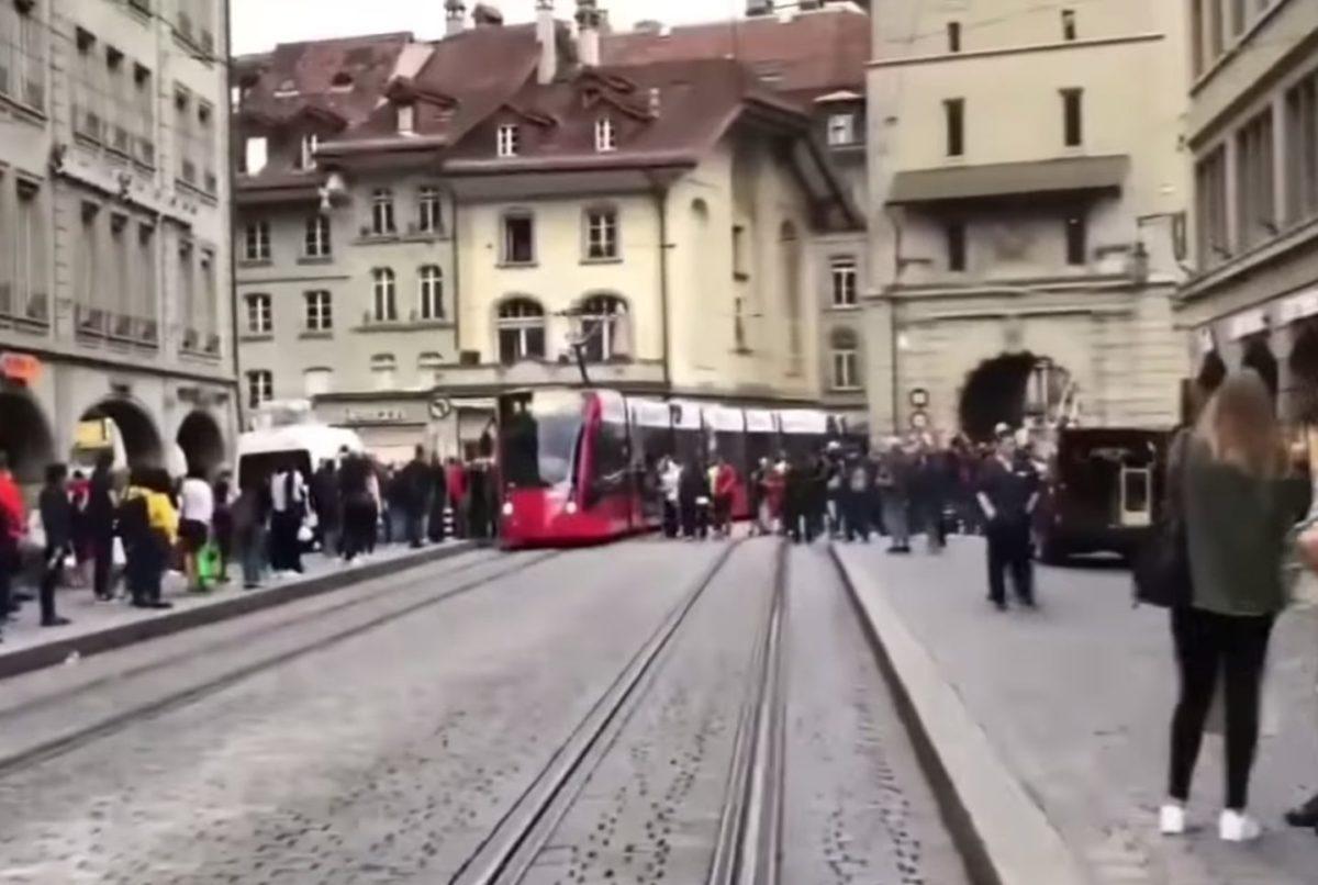 Figyelmeztető lövésekkel fékezték meg a balhézó szerb ultrákat Svájcban