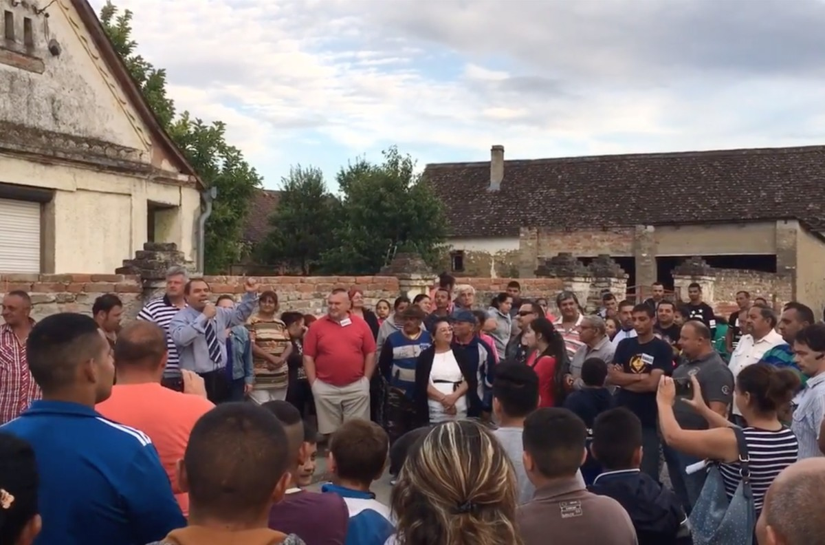 Tüntetés Alsószentmártonban Drávapiski polgármestere ellen 2017 júliusában, azután, hogy a faluban megverték a közeli település vezetőjét.
