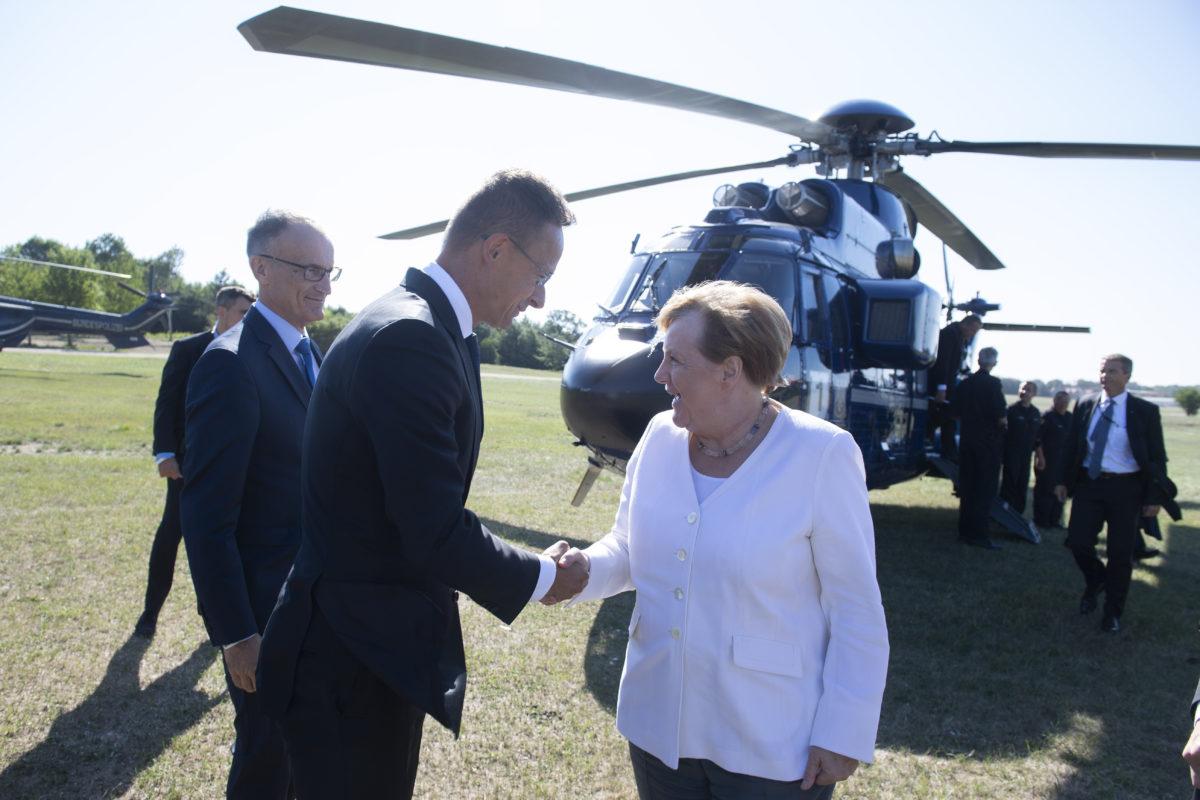 A külgazdasági és Külügyminisztérium által közreadott képen Szijjártó Péter miniszter fogadja a Páneurópai Piknik 30. évfordulója alkalmából érkező Angela Merkel német kancellárt Sopron határában 2019. augusztus 19-én.