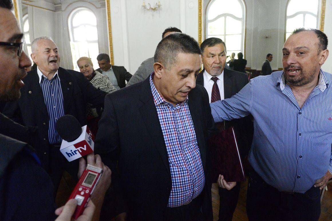 Balogh János, az Országos Roma Önkormányzat (ORÖ) elnöke távozik a szervezet határozatképtelenség miatt elmaradt rendkívüli közgyűléséről az ORÖ budapesti, VII. kerületi székházában 2016. április 21-én.