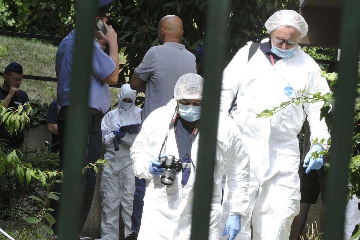 Rendőrök és bűnügyi technikusok helyszínelnek 2019. augusztus 23-án egy társasháznál a II. kerületi Zöldlomb utcában, ahol három holttestet találtak.